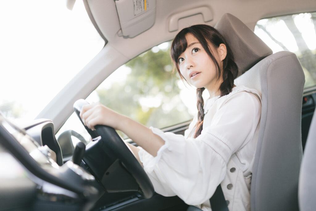 左右確認をしっかりして運転する女の子
