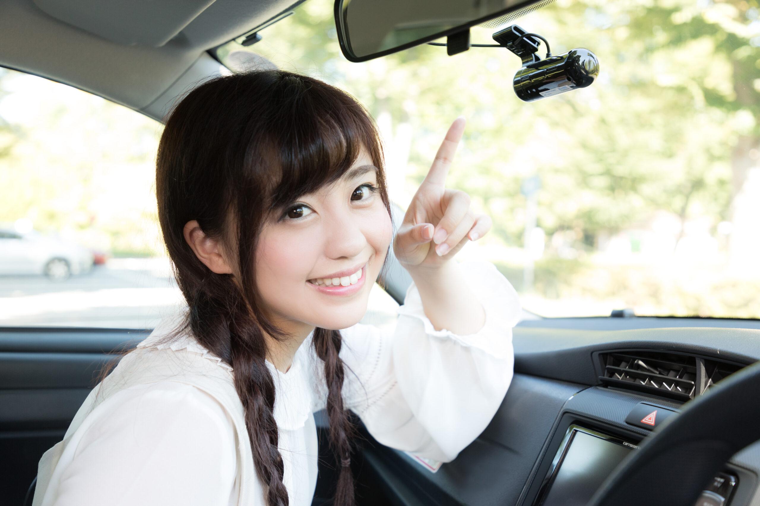 ドライブレコーダーを装着した女の子