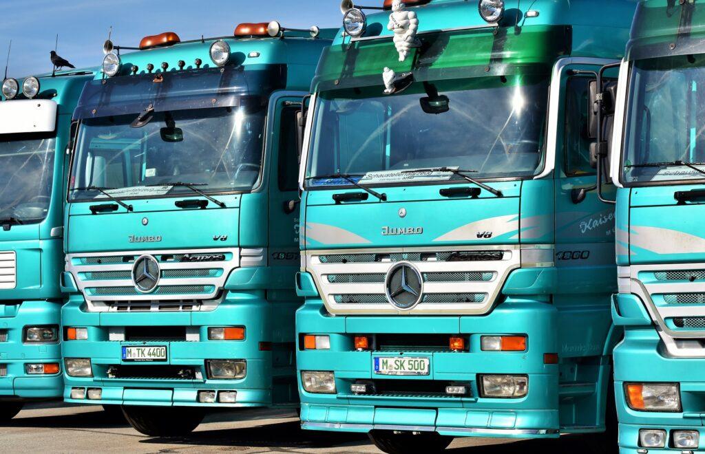 初期は乗用車禁止で、軍用トラックのみの生産だった